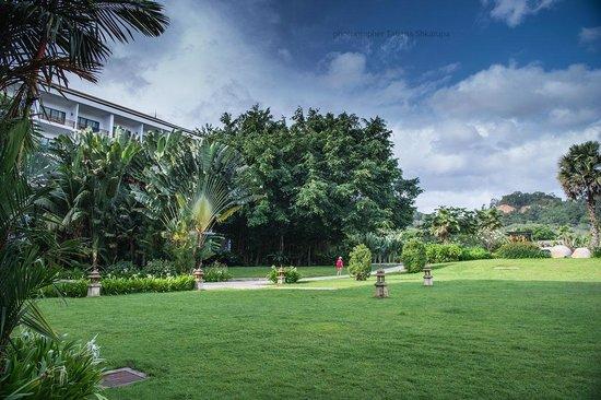 Naithonburi Beach Resort : территория