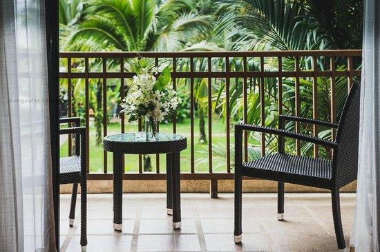 Naithonburi Beach Resort: цветы в номере