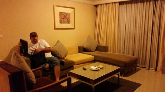Loei Palace Hotel: living room included with deluxe rooms or better
