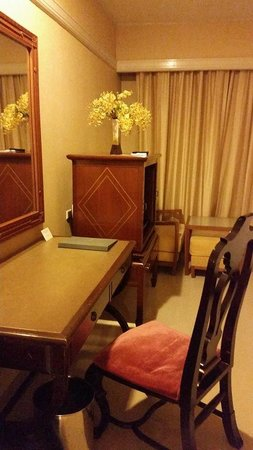 Loei Palace Hotel : desk included in deluxe rooms or better