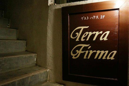 Terra Firma : 看板は少し小さいです