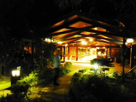 Solomon Kitano Mendana Hotel: at night
