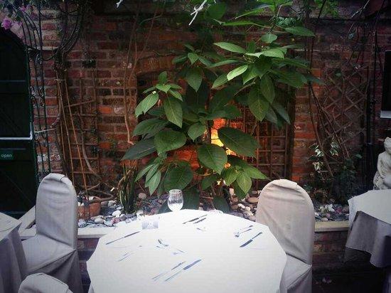 Elio's Trattoria: In the garden room