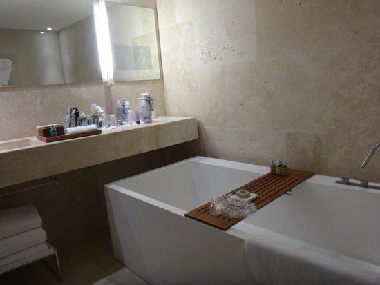 Conservatorium Hotel: ванная номера Делюкс