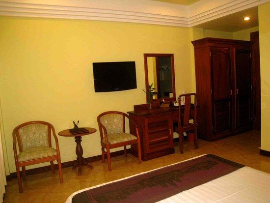 Banyan Leaf Hotel: Sitting area with desk