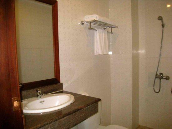 Banyan Leaf Hotel: Bathroom