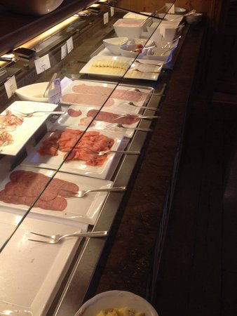 Grand Hotel Europa: Typical cold meat and cheese selection at the breakfast buffet