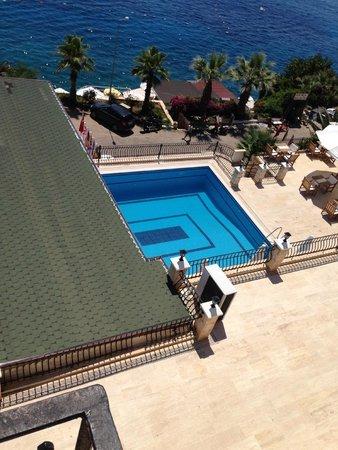 Aqua Princess Hotel: längst upp på bilden ser du parasollerna vid havet.
