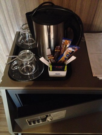 Grand Hotel Europa: Well stocked tea and coffee making facilities as well as electrically secured safe