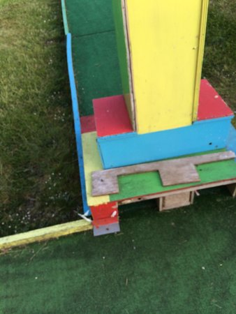 Maldron Hotel Wexford: Broken kids crazy golf