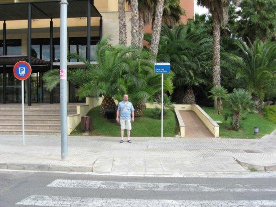 Estival Park Salou: Перед отелем днём