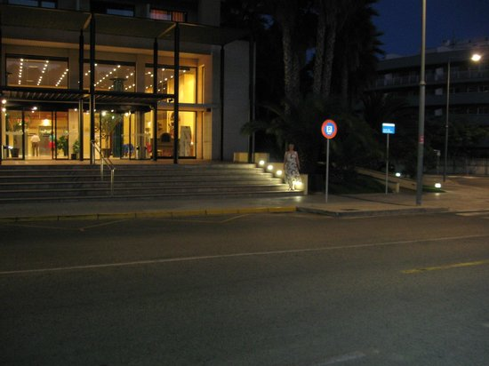 Estival Park Salou: Вид на отель вечером