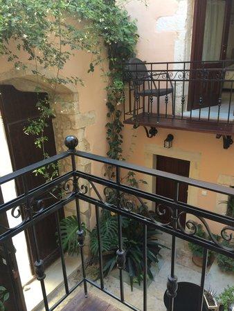 Casa Dei Delfini: Вид на дворик из 3 номера