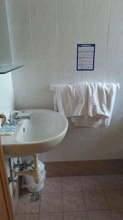 Bayview Hotel & Apartments : Bathroom on arrival !!