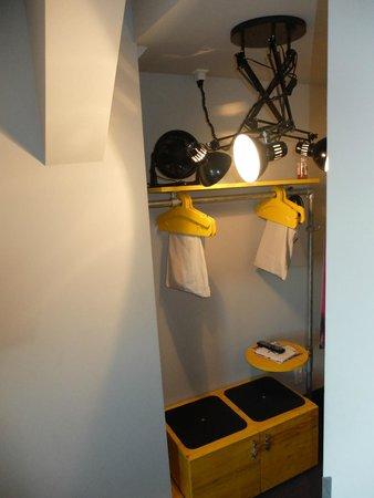 Superbude Hotel Hostel St.Pauli: Garderobe im Zimmer