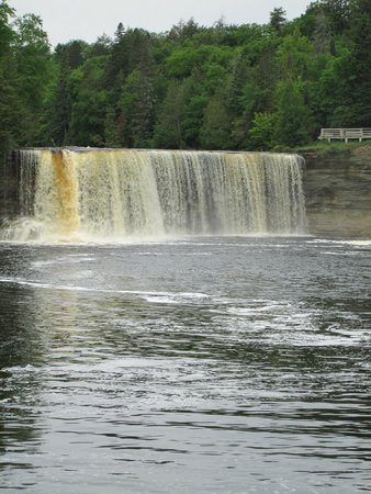 Lower falls picture of tahquamenon falls state park for Cabins near tahquamenon falls