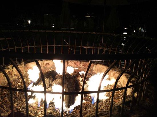 Tenaya Lodge at Yosemite : petit feu à coté de la piscine extérieur