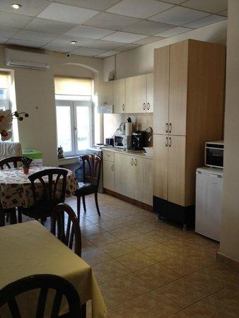 Finch Apartments: Общая кухня