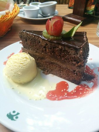 100% Natural: The 'victory' with a scoop of ice cream. Dark chocolate cake.