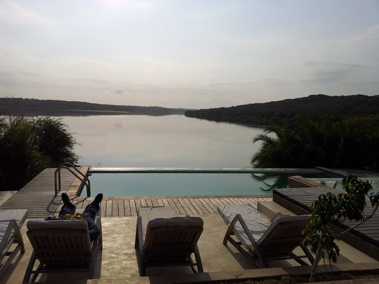 Naara Eco Lodge & Spa: The swiming pool - it's like its connected to the lake