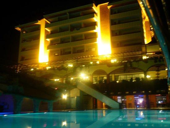 Utopia World Hotel: вид на отель вечером