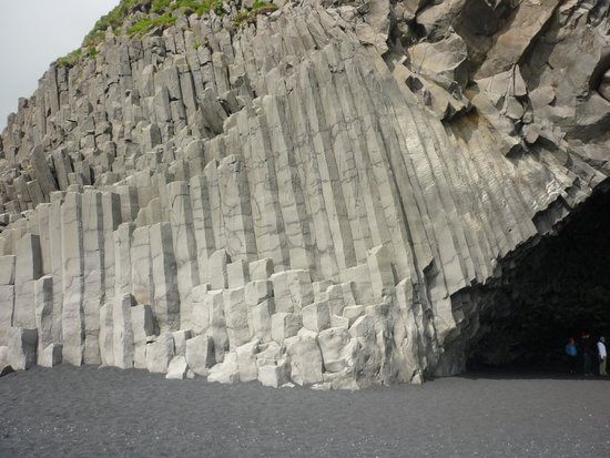 Goecco Indie Tours: Basalt Rock Face on a Beach