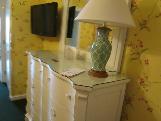 Lilac Tree Suites & Spa: Dresser located across from bed