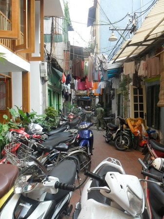 Paramount Hotel Hanoi : Looking down the lane from the Paramont, Hanoi.