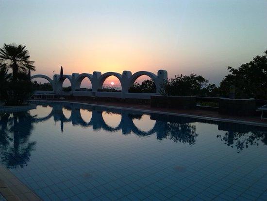 Poggio Aragosta Hotel & Spa : sunset at the pool