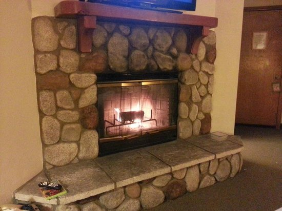 The North Shore Inn : love cute fireplace =)