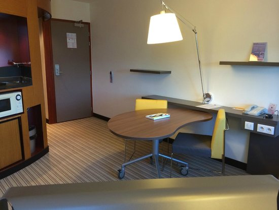 Novotel Suites Paris Roissy CDG: desk