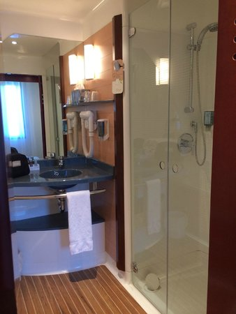 Novotel Suites Paris Roissy CDG: bathroom shower