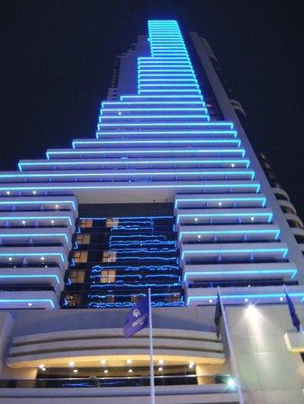 Grosvenor House Dubai : Вечерний вид на отель