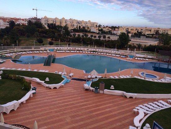 Hotel Paraiso de Albufeira: Pool area and bar
