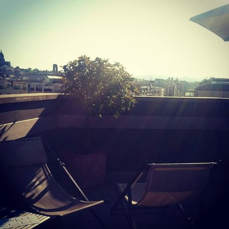Barcelona Universal Hotel: Enjoying the rooftop sunshine