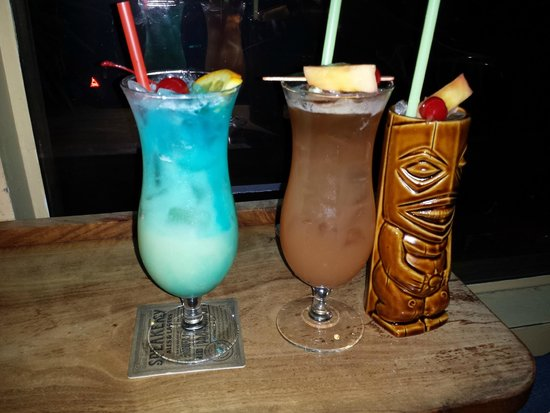 Hula's Island Grill : happy hour cocktails