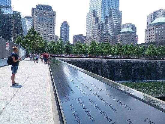Memorial del 11S: Rundt om tårnene står der navnene på de personer, som befandt sig i tårnene da de styrtede samme