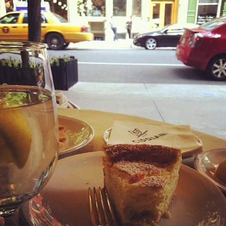 Downtown Cipriani : Cheesecake and street viewing