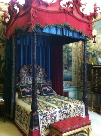 Burghley House: Amazing bed