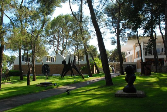 Fondation Maeght : art gallery in the park