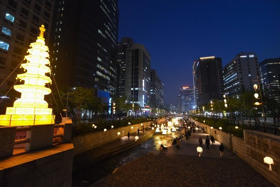 Cheonggyecheon at night