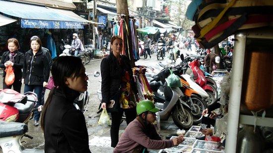 Hanoi Old Quarter Hotel: En af gaderne i den gamle by