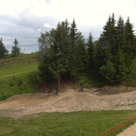 Le Biot, Francia: View from the chairlift of some of the trails