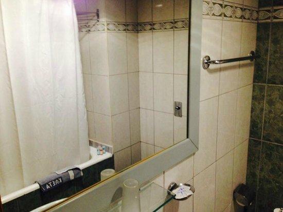 Kosta Palace: clean spacious bathroom
