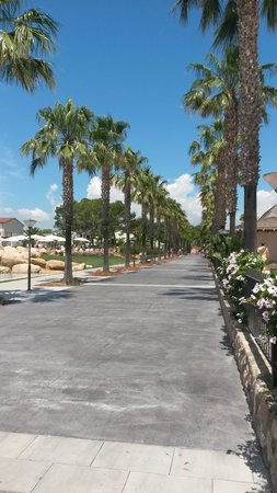 Cambrils Park Resort: Main Walkway Area into the Resort