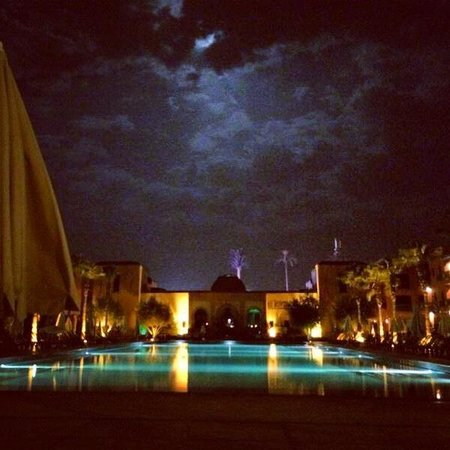 Hotel Les Jardins de l'Agdal : At night lounging by the pool
