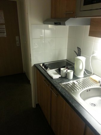 Residhome Appart Hotel Asnieres: The little kitchen.