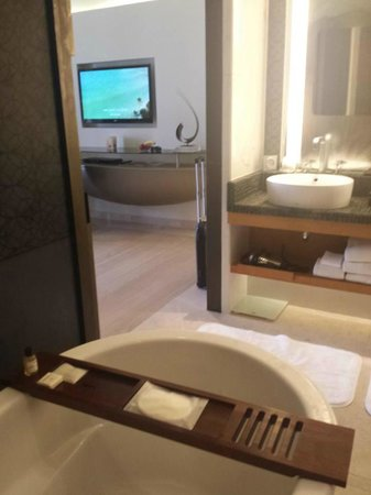Park Hyatt Abu Dhabi Hotel & Villas: Took this picture so show the view from near the bathroom. Was watching TV while showering.