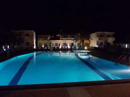 Tondoris Apartments & Studios : pool and rooms