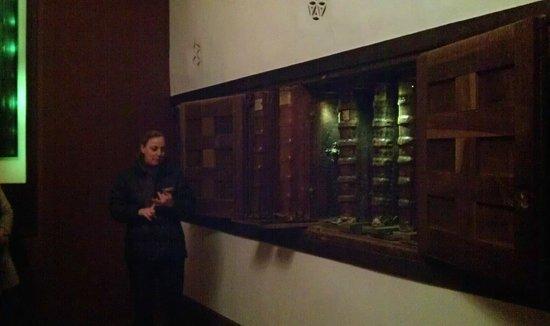 Monasterio de Yuso: Excelente guia, mostrando los incunables